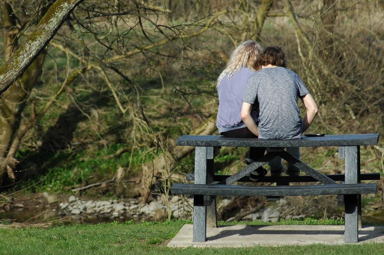 Teenager – Erste Liebesbeziehung, so reagieren Sie richtig